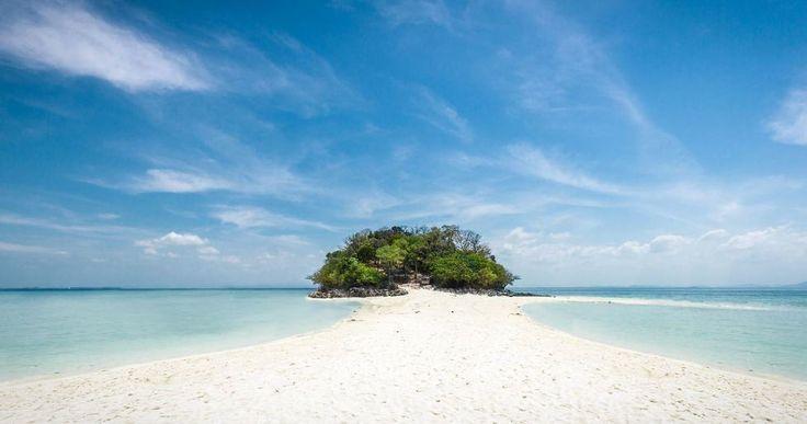 Isla coqueta se requiere smoking para entrar en ella . Mágico el mar de Andamán si me animo os daré un paseo bajando desde Phuket hasta Tarutao si alguien no lo conoce se enamorará. ...................  Bucear por Spotify y encontrarte una joyita elegante como: Best of me - Anthony Hamilton. ................... Fot.: LNardin #asia #tailandia #thailand #poda #andaman #isla #island #playa #beach #arena #sand #agua #water #oceano #ocean #musica #music