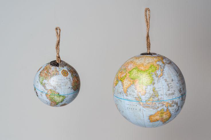 Shop // DEKOKUGEL GLOBUS.  Ein Globus muss nicht immer auf dem Schrank stehen. Er kann auch auf dem Tisch liegen oder am Weihnachtsbaum hängen.
