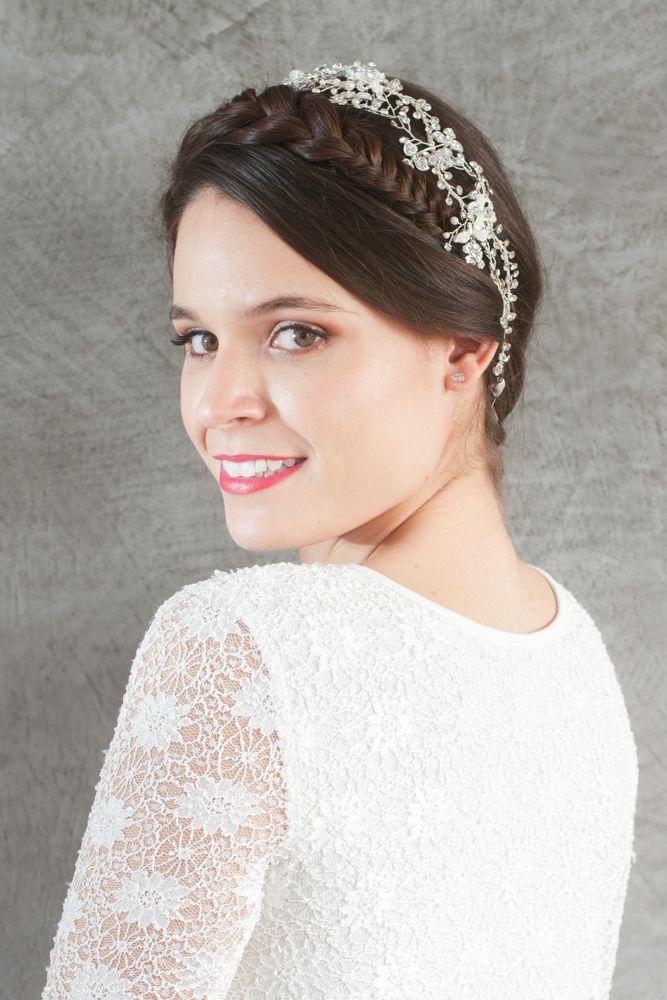 Tiara para novias Alessia adornada de flores de brillantes y perlas con cinta blanca