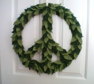 Felt Peace Sign tutorial: Holiday Wreaths, Felt Christmas, Peace Signs, Felt Peace, Peace Wreaths, Felt Wreaths, Holidays Wreaths, Yarns Wreaths, Signs Wreaths