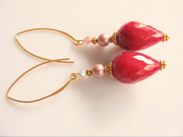 Oorbellen Elaine robijnrode jade druppel facet met swarovski parel en kristal in roze tinten. geheel goud op zilver. www.doloressieraden.nl