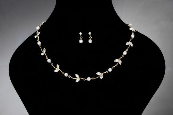 Goud kleurige ketting met strass stenen en parels . #Accessoires #Bruid #Sieraden