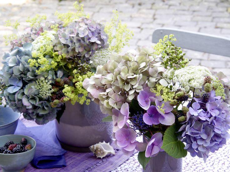 hortensien mit beeren hochzeitsdeko blumen pinterest hortensien blau und tischdeko hochzeit. Black Bedroom Furniture Sets. Home Design Ideas