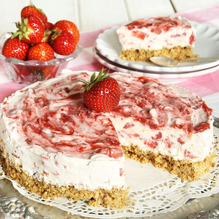 En smulig botten och ljuvliga jordgubbar i den krämiga, frysta fyllningen är makalöst gott!
