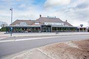 Hotel Waanders Staphorst  Description: Hotel Waanders ligt in Staphorst in Overijssel. U kunt hier heerlijk ontspannen in uw comfortabele kamer en in het uitstekende restaurant staan lekkere maaltijden op het menu.'s Ochtends kunt u genieten van een lekker ontbijt. Het moderne restaurant biedt 's avonds hoogwaardige maaltijden met producten uit de streek en voornamelijk biologische ingrediënten.Op minder dan 30 minuten rijden ligt Giethoorn ook wel het Venetië van het Noorden genoemd. Het…