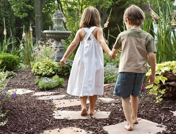DIY Stepping Stones With the Kids, kinda like this stones idea for the back yard/ patio area