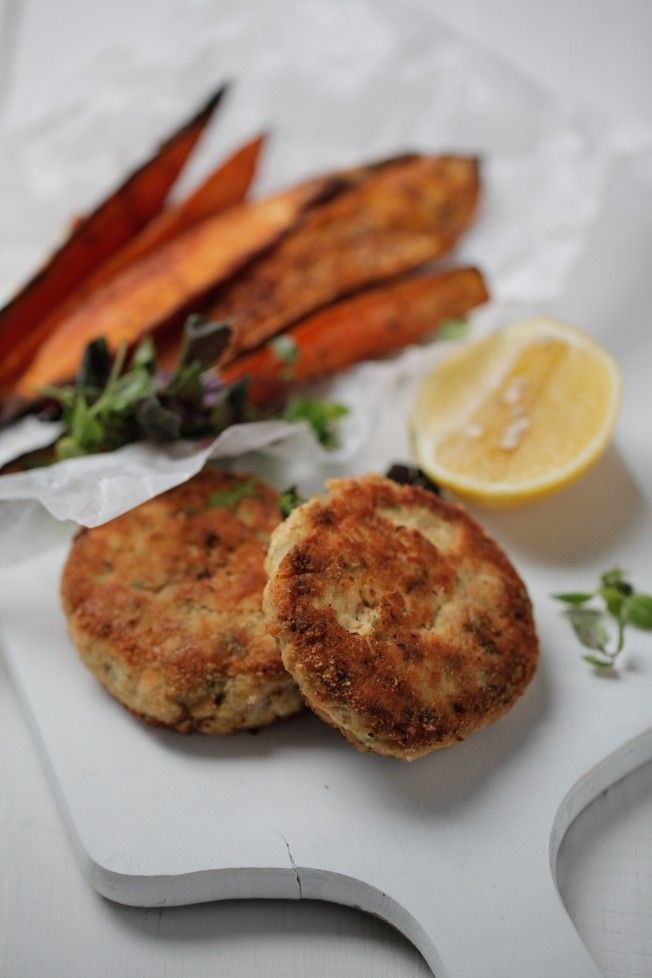 Salmon Burgers - low carb - quick and healthy low carb salmon cakes with crunchy almond flour coating