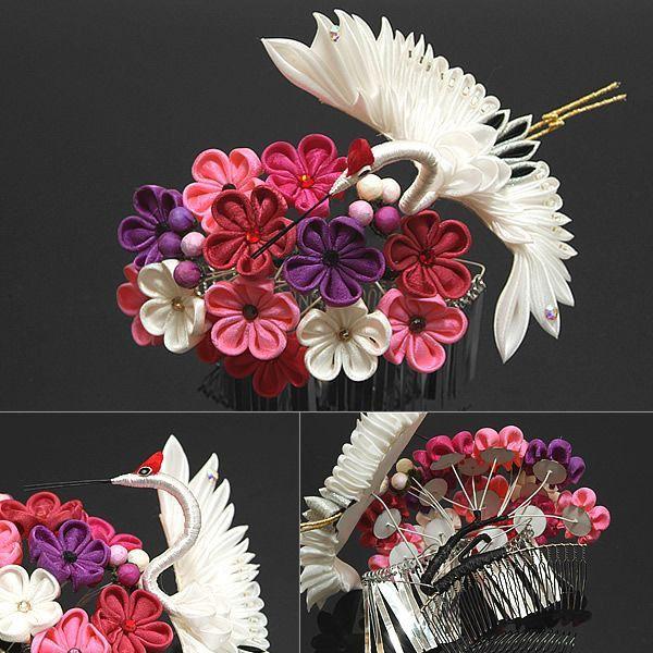 振袖姿をより華やかに♪つまみ細工のお花が繊細で華やかな大きめの髪飾りです。シルバーのビラカンが、動くたびにキラキラと綺麗です。【カラー】ハッキリとした明るいピンク、シックなくすんだ赤、ピンクみの紫、白、紫の梅の花、白色の羽根を広げた大きな鶴のつまみ細工。濃い花の色合いに、白色の大きな鶴が映え、大きめのラインストーンも華やかです。※1点ずつ手作りのため、飾りのつき方等画像と異なる場合がございます。※ご覧いただいている環境によって、色合いが若干異なって見える場合がございます。【サイズ】装飾部分:花部分(横×縦)約11×8cm/鶴の羽根の最大幅約13cm/コーム(横×縦)