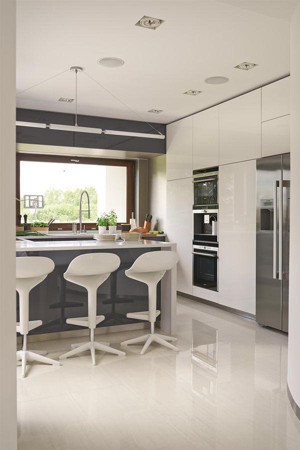 Nowoczesna Kuchnia Z Obszernym Blatem Inspiracja Homesquare Modern White Kitchen Cabinets Kitchen Design Modern Kitchen