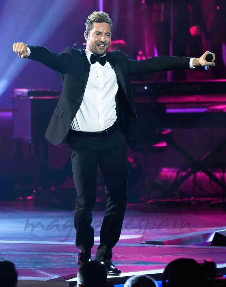 Alejandro Sanz no pudo evitar emocionarse al recibir el galardón Persona del Año en el marco de los Grammy Latino. Sobre el escenario David Bisbal hizo un hueco en su gira de conciertos para mostrar su admiración por el homenajeado.