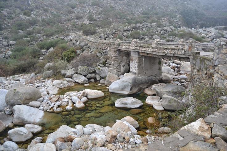 """Camino del charco del Trabuquete cruzaremos este puente, llamado """"de Tocinos"""" en un hermoso paraje de la Garganta de Jaranda. La pureza de estas aguas hacen que darse un baño sea una experiencia única. Eso sí, su temperatura es un poco fría."""