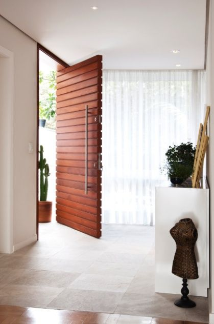 O projeto da arquiteta Crisa Santos para a porta de entrada de uma casa em São Paulo previu abertura pivotante, estrutura em cedro rosa, dimensões de 1,1 m de largura por 2,3 m de altura e puxadores de aço inox. A peça foi executada pela Marcenart (www.marcenart.com.br) e está à venda por R$ 5,3 mil |