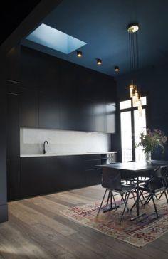 cuisine noire, plafond bleu