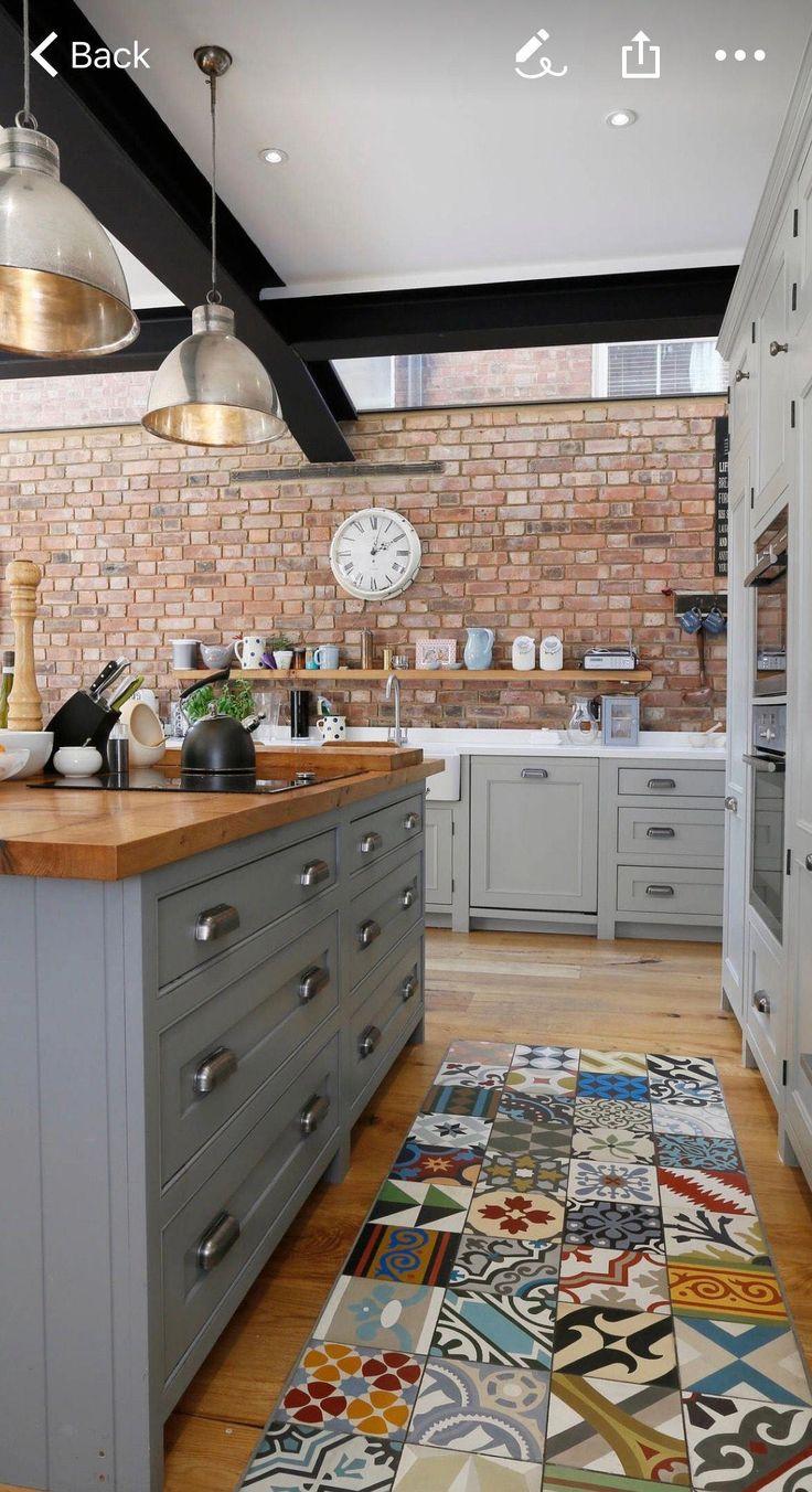 linda la idea de un mesón de madera, diferente al del resto de la cocina. Color…