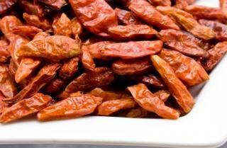 Il peperoncino è la famosissima spezia aromatica forte, intensa e piccante, utilizzatissima in cucina. La sua pianta è originaria dell'america tropicale e venne poi importata in tutto il mondo.
