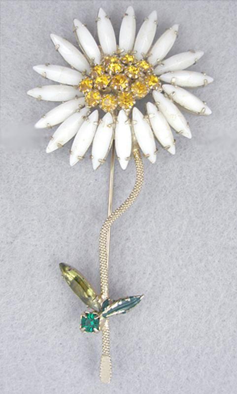 Vintage weiss flower brooch