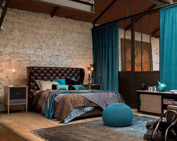 豪華なベッドルームです。ベッドフレームやリネン、ベッドサイドテーブルのコーディネートになっています。