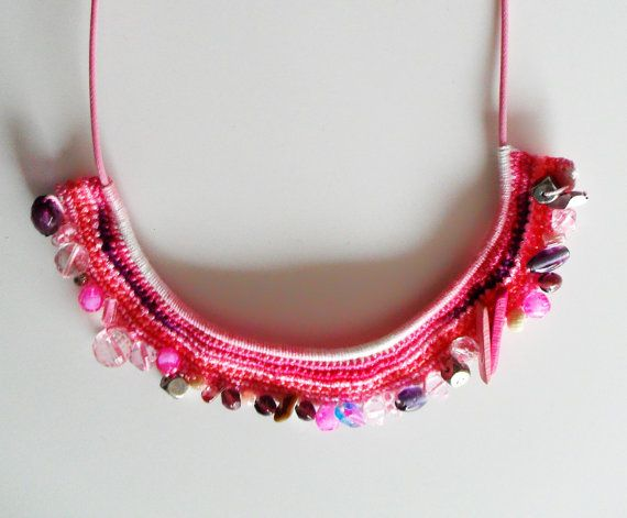 Colar Étnico cheio de tons rosa by MaparimCrochet on Etsy, €21.00