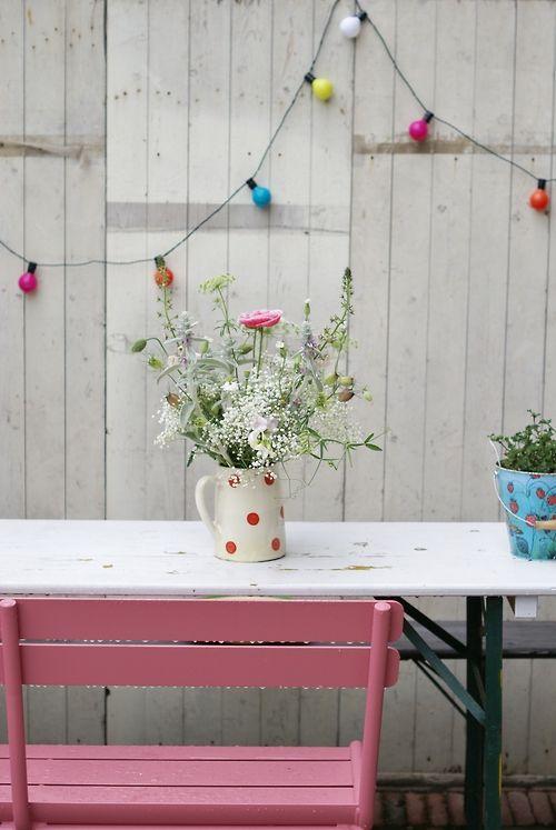 Vrolijke kleurrijke tuin of balkon. Colorful garden or balcony. {via Wood & Wool Stool}