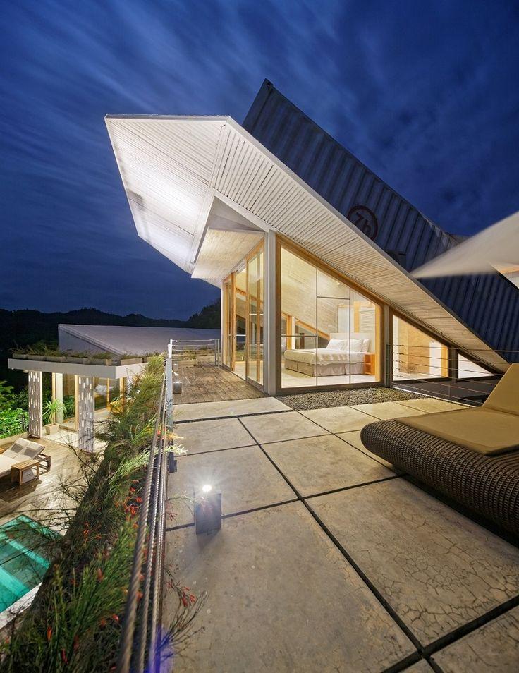 Архитекторы Budi Pradono создали глиняный дом на индонезийском склоне горы