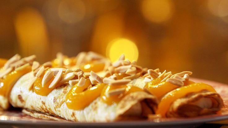 Pannekaker med krem og aprikospuré er en søt og smakfull dessert for både barn og voksne. Pannekakene kalles rådhuspannekaker fordi brødrene Price lager dem foran Københavns rådhus.