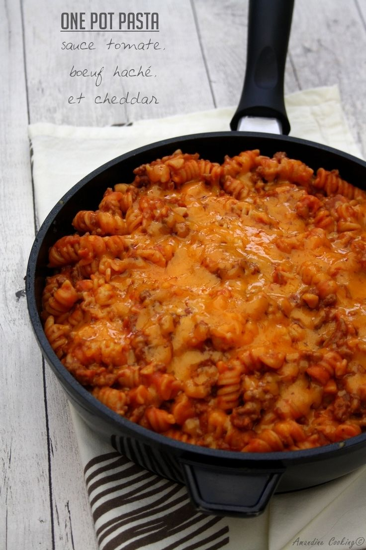 Une nouvelle recette de one pot pasta, car c'est vraiment pratique. Rapide, simple, bon et il y a peu de vaisselle, ce plat à fait l'unanimité à la maison ! Pour cette recette j'ai opté pour de la sauce tomate, du bœuf haché et du cheddar. A dégustation...