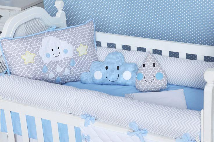 O Kit Berço Pedacinho do Céu Azul deixa o quarto de bebê azul com uma cara nova! As estampas combinadas pelos tons de cinza, azul e nuvens fofinhas são uma graça!