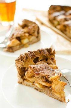 Recept voor appeltaart zonder suiker, boter en ei. De vulling wordt gezoet met appels en rozijnen en de bodem door een enkel een paar dadels.