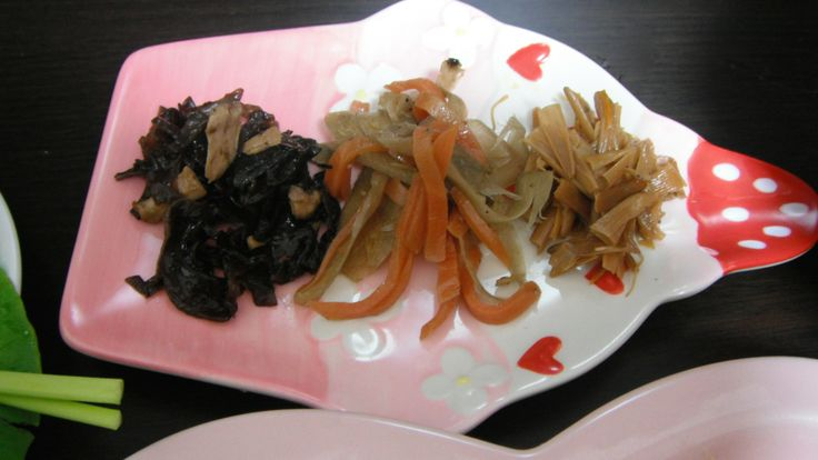 from left to right:simmered wood ear mushrooms,oyster mushrooms and laver sheets seasoned with sesame oil,soy sauce,brown sugar,sake and mirin/boiled carrots and burdocks seasoned with soy sauce,mirin,dried bonito shaving stock and red chili pepper/simmered daylily seasoned with sesame oil,mirin and soy sauce 左から順にキクラゲとエリンギ、海苔の佃煮。醤油、ごま油、黒糖、みりん、酒で調味。にんじんとごぼうのきんぴら。胡麻油、みりん、醤油、カツオ出し、鷹の爪で調味。金針菜の佃煮。胡麻油、みりん、醤油で調味。