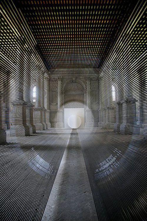 "Verblüffende Perspektiven dank Magnetband: Installation ""Tube"" von Zilvinas Kempinas"