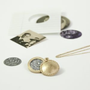 'Let me hide myself in thee' by marijegeursen.nl [Locket with decoration of casted hair. (14 krt gold)]