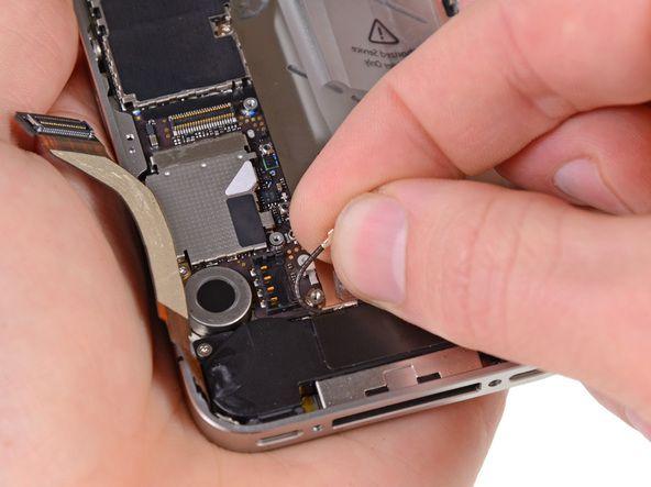 6. Fjern GSM-antennekabelet fra undersiden af metalfingrene, som er fastgjort til hovedkortet.