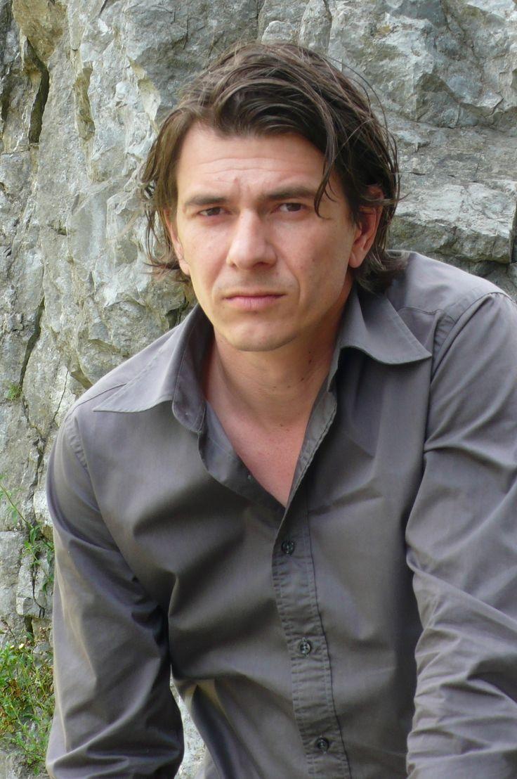 dit is Dimitri Verhulst.De schrijver van mijn boek. geboren op 2 oktober 1972 in Aalst. Het is een Belgische schrijver en dichter.