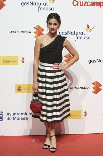 Michelle Calvo con falda de rayas en blanco y negro de Alicia Rueda y sandalias de Lodi
