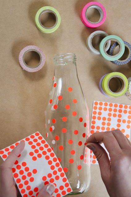 Garrafas decoradas com adesivos de bolinhas. Dá pra decorar com fita adesiva de papel ou de tecido também.