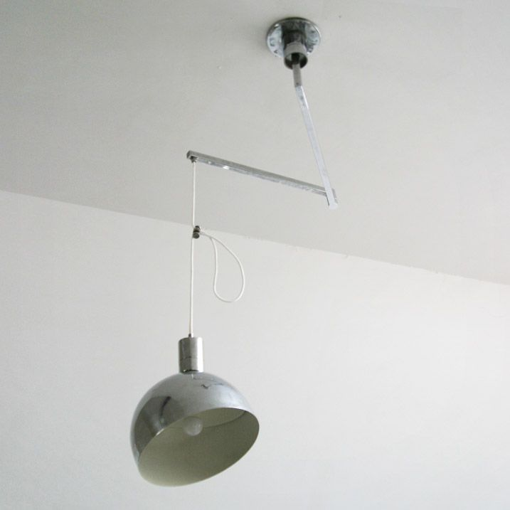 Ontwerper Franco Albini, Franca Helg en Antonio Piva   Model AM/AS  Fabrikant Sirrah   Jaar 1969   Beschrijving Zeldzame plafondlamp van verchroomd metaal met textielsnoer. De Lamp zit bevestigd aan een zwenk-arm (70 tot 120cm). Draait 360 graden en kan dus binnen deze cirkel overal een positie innemen. Kan ook in hoogte versteld worden, de kap (diameter 30cm) is verstelbaar zodat men niet in de lichtbron hoeft te kijken. De lamp heeft zware, degelijk constructie.