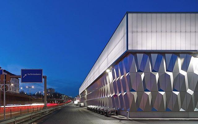 В Берлине открылся новый Баухауз-центр (это популярная в Германии сеть строительных супермаркетов) — здание представляет собой объемный прямоугольник с фасадами из 3D панелей. Его облик вполне соответствует названию — ведь Баухауз — это еще и известная на весь мир школа дизайна, сделавшая популярными идеи минимализма и функционализма.  #design #interior #ideas #future #trends #decor #home #architecture #дизайн #интерьер #интерьеры #дом #квартира #тренды #архитектура #дизайнер #архитектор…