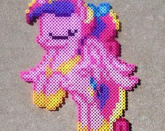 NIGHTMARE MOON è uno dei cattivi della serie televisiva  My Little Pony: lamicizia è magica, e lantagonista principale dellepisodio pilota di due partiFriendship is Magic, noto anche comeMare in the Moon. Prima di allora, lei era conosciuta come principessa Luna ed è la sorella minore della principessa Celestia.-http://villains.wikia.com/  Perler Beads sono multicolore, piccole perle di plastica che possono essere impostate su una griglia in qualsiasi modello che si desidera, p...