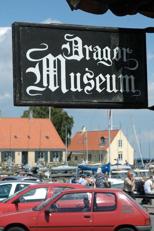 Jeg gik først i Dragør museet, og faldt i tale med manden som stod for billeteringen og souvenir shoppen. En flink mand, som fortalte mig en historie om hans far, som i sin tid vandt en sølvkop i et Dragør ringridderstævne. Det specielle ved den historie var, at han fik den overrakt af kongen som var på besøg netop den dag ringridningen fandt sted. Koppen skulle have været en som kongen selv havde haft med.. #dragørmuseum #Museum #Dragør #Dragørmuseet