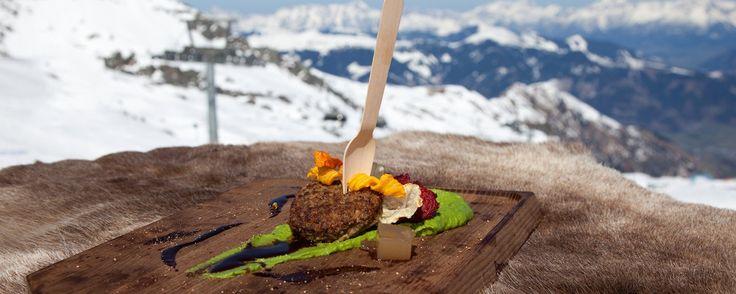 Wildlaibchen mit Petersilienpüree und Wipferlhonigsauce, knusprigen Ackerfrüchten und geliertem Apfelmost | MUNCHIES