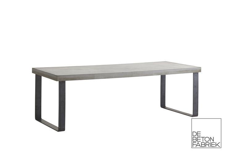 robuuste tafel met lichtgewicht betonnen blad en blauw stalen onderstel