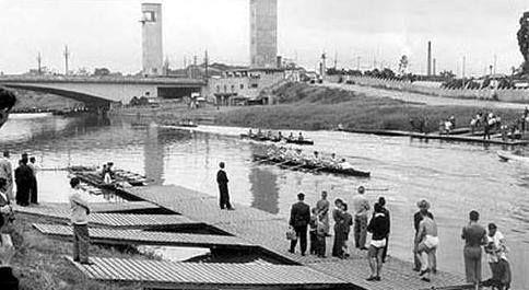 Rio Tietê na década de 40. Ao fundo, a Ponte das Bandeiras.