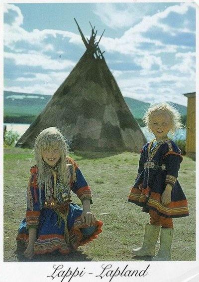 Monet saamelaiset hoitavat poroja. Saamelaisilla on oma saamelaispuku. Puvussa on punaista,sinistä ja keltaista. Pukua käytetään juhlissa.  Juuli