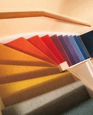 Mooi zacht, donker tapijt op de trap, heerlijk aan mijn voetjes. En een mooie nieuwe trapleuning, die mooi de trap siert.