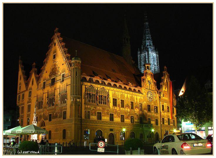 Postkarte aus Ulm: Rathaus und Münster bei Nacht