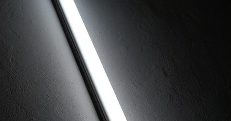 Como fazer seu próprio letreiro de luz. Os letreiros de luz enfeitam placas árcades e posteres de filmes. As caixas de luz antigas eram molduras rodeadas de lâmpadas acesas que se estendiam para fora do quadro, enquanto a maioria das caixas de luz modernas são iluminadas por trás. Quando estiver fazendo a sua própria caixa, a melhor opção é manter o design simples. Fazendo você mesmo, ...
