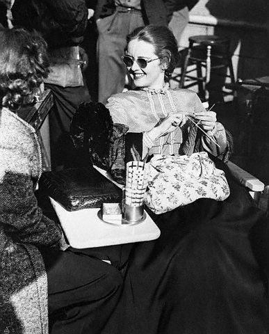Bette Davis tejiendo