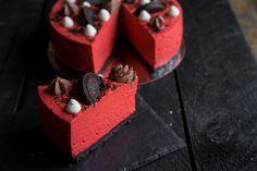 """Есть тройка тортов-лидеров, которые каждый день кто-то готовит и показывает в блоге и инстаграме. Один из них —""""Красный бархат"""". Торт-загадка, который бросается в глаза и удивляет особенным шоколад…"""