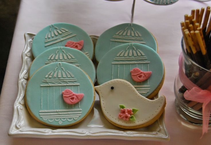Birdcage and bird biscuits made with fondant candy bar in - Decoracion con jaulas ...