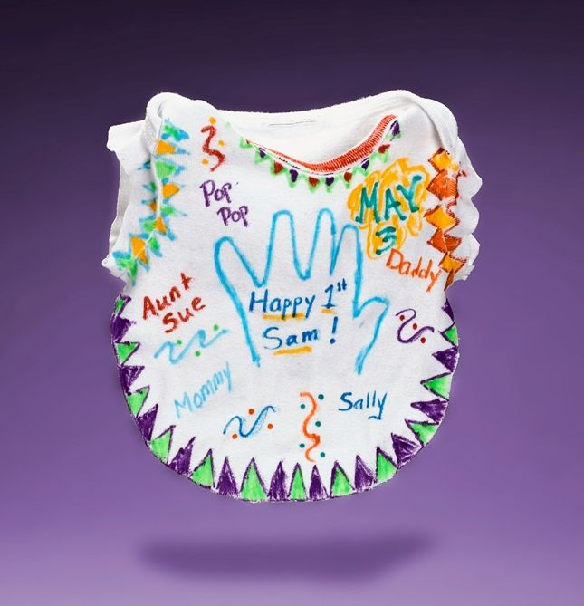 Afscheids slabber. Nodig: Slabber, glad katoen, Textielstiften.  Werkwijze: Schrijf met de textiel stiften alle namen van collega's en of kinderen op de slabber. Een leuk kadootje voor als een collega, juf of leidster met zwangerschapsverlof gaat.